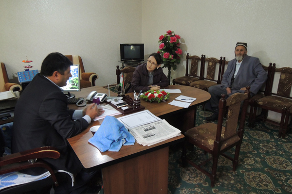 Aliya Ibraimova, interviewing Tajik local officials  on a topic of transboundary conflict over pasture resources between Tajikistan and Kyrgyzstan.