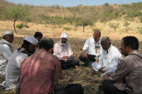 Raghu Velnakar in consultation with farmers in Central Maharashtra (India) to document their perception on farmer's variety registration.